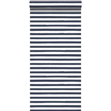behang geschilderde strepen donkerblauw en wit