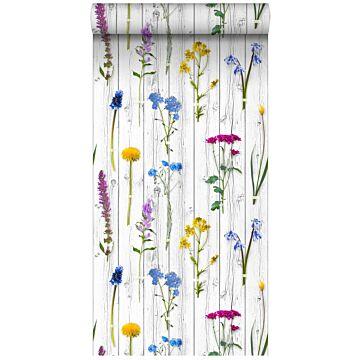 vlies wallpaper XXL veldbloemen op houten vintage planken licht warm grijs, geel, blauw en fuchsia roze